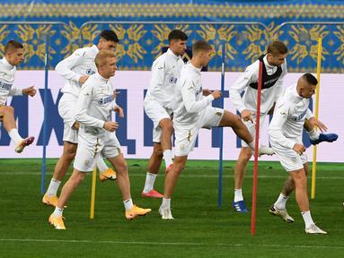 Para pemain Ukraina mengikuti sesi latihan di stadion Olympiyskiy di Kiev (12/10/2020). Ukraina akan bertanding melawan Spanyol dalam lanjutan UEFA Nations League Divisi A Grup 4 (A4) di Stadion NSK Olimpiyskiy. (AFP/Sergei Supinsky)