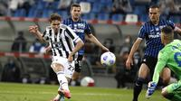 Striker Juventus, Federico Chiesa (kiri) melepaskan tendangan ke gawang Atalanta dalam laga final Coppa Italia 2020/2021 di Mapei Stadium, Rabu (19/5/2021). Juventus menang 2-1 dan menjadi juara. (AP/Antonio Calanni)