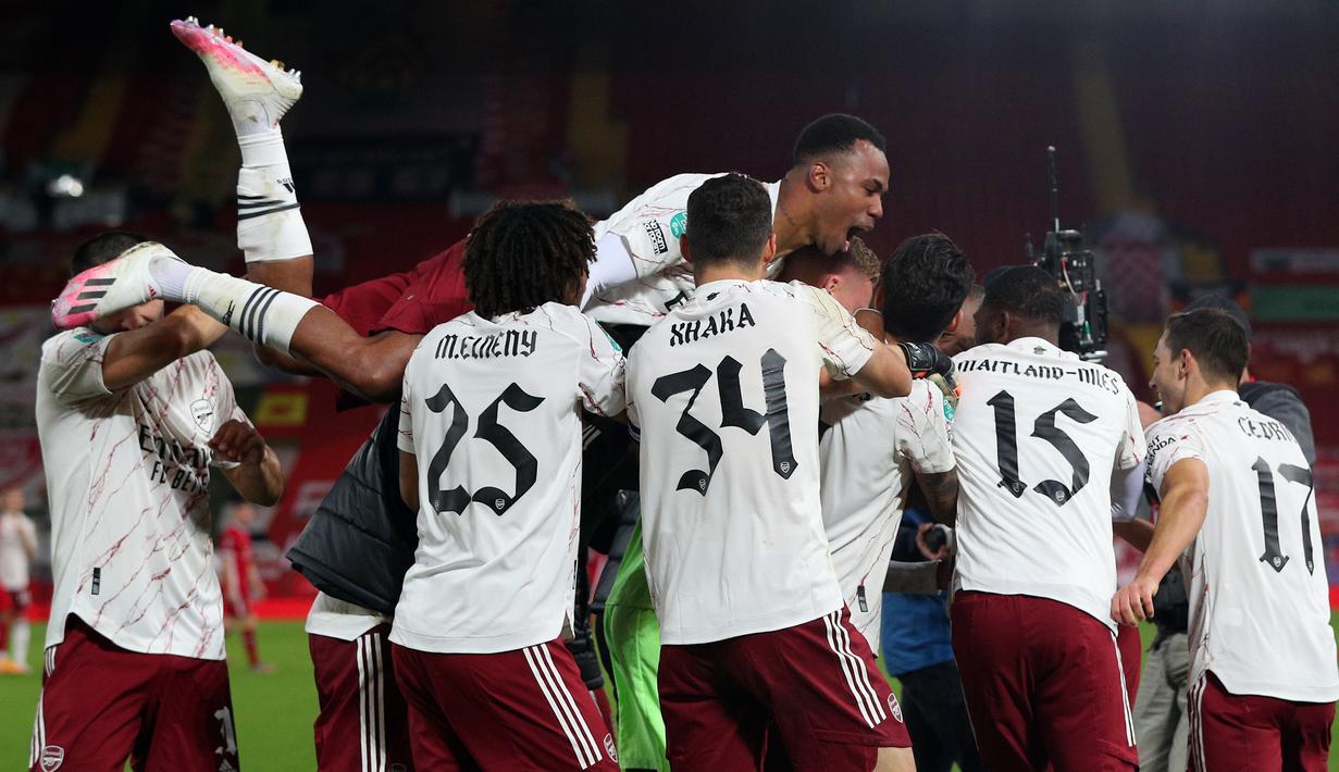Pemain Arsenal merayakan kemenangan atas Liverpool pada laga lanjutan Piala Liga Inggris di Stadion Anfield, Jumat (2/10/2020) dini hari WIB. Arsenal menang 5-4 atas Liverpool lewat adu penalti. (AFP/Peter Byrne)