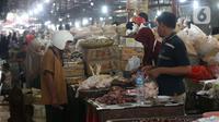 Pedagang daging ayam melayani pembeli di pasar Kebayoran Lama, Jakarta, Senin (2/12/2019). Badan Pusat Statistik (BPS) mencatat angka inflasi sepanjang Januari-November 2019 sebesar 2,37 persen, lebih kecil ketimbang periode yang sama tahun lalu sebesar 2,50 persen. (Liputan6.com/Angga Yuniar)