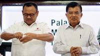 Ketua Umum PMI Jusuf Kalla bersama Sekjen PMI Sudirman Said dan jajaran pengurus PMI Pusat dan 8 PMI Provinsi di Indonesia melakukan simulasi cara cuci tangan yang baik dan benar di Markas Pusat PMI, Jakarta, Kamis (5/3/2020). (Tim Media JK)
