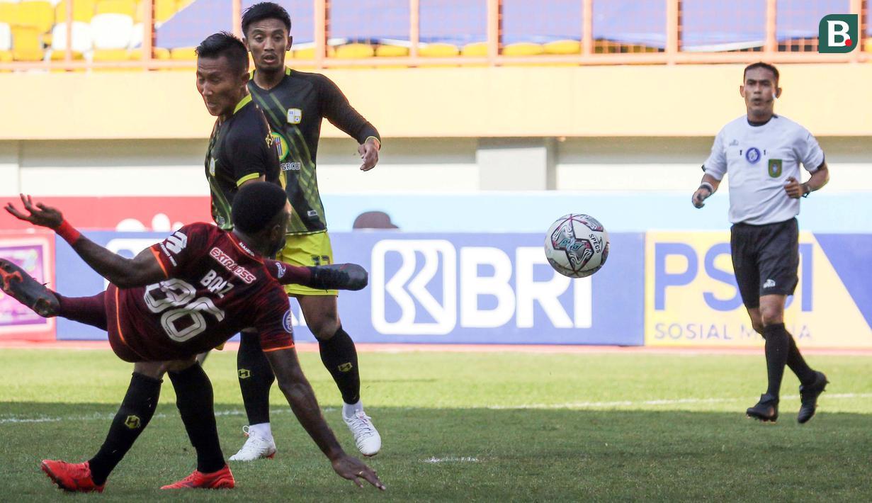 Bermain di Stadion Wibawa Mukti, Bekasi, kedua tim langsung bermain menekan sejak babak pertama dimulai. Borneo FC memiliki peluang pada menit ke-13, sayang tendangan dari Boaz Salossa masih jauh melambung di atas mistar gawang. (Bola.com/Bagaskara Lazuardi)