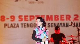 Penyanyi jazz Andien Aisyah memeriahkan panggung Jak-Japan Matsuri 2018 di Plaza Tenggara, Senayan, Jakarta, Sabtu (8/9). Andien membawakan empat lagu, yakni Sahabat Setia, Rindu Ini, Indahnya Dunia dan Moving On. (Liputan6.com/Faizal Fanani)