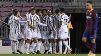 Pemain Juventus merayakan gol yang dicetak Weston McKennie ke gawang Barcelona pada laga matchday terakhir Grup G Liga Champions di Camp Nou Stadium, Rabu (9/12/2020) dini hari WIB. Juventus menang 3-0 atas Barcelona. (AFP/Josep Lago)