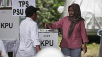 Warga memasukkan surat suara saat Pemungutan Suara Ulang (PSU) Pemilu 2019 di TPS 064  Kelurahan Rawamangun,  Jakarta Timur, Sabtu (27/4). Pelaksanaan PSU di TPS itu karena banyaknya pemilih yang menggunakan e-KTP tanpa memiliki A5 saat hari pencoblosan 17 April lalu.(Liputan6.com/Faizal Fanani