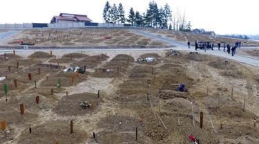 Para pelayat bersiap menguburkan jenazah yang meninggal akibat komplikasi terkait COVID-19 di pemakaman Sarajevo Vlakovo, Bosnia, Jumat (19/3/2021). Rumah sakit dan kamar mayat di Sarajevo kewalahan mengatasi meningkatnya infeksi dan lonjakan kematian yang disebabkan oleh virus corona. (AP Photo)