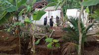 Rumah ambruk setelah bencana tanah bergerak di Cilacap (Liputan6.com / Muhamad Ridlo)