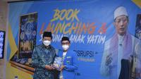 Imam Besar Masjid Istiqlal Prof Dr KH Nasaruddin Umar MA (kiri) didampingi penulis buku PMII di Era Disrupsi, Muhammad Syarif Hidayatullah saat peluncuran buku tersebut, Selasa (23/2/2021). (Ist)