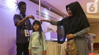 Seorang anak sedang mengukur tinggi badan dalam kampanye perubahan prilaku mendukung percepatan pencegahan stunting di Jakarta, Rabu (2/10/2019). Perwakilan pemda se Indonesia memperoleh bimbingan dari GAIN dalam meningkatkan perilaku gizi. (Liputan6.com/Angga Yuniar)