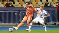 Pemain Juventus, Federico Chiesa, berebut bola dengan pemain Dynamo Kyiv, Vitaliy Buyalskyi, pada laga Liga Champions di Stadion Olimpiyskiy, Rabu (21/10/2020). Juventus menang dengan skor 2-0. (Valentyn Ogirenko/Pool via AP)