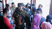 Wali Kota Semarang Hendrar Prihadi memberikan cairan hand sanitizer di Halte BRT.