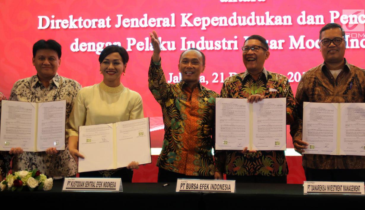 Dirjen Dukcapil Zudan Arif Fakrulloh, Dirut KSEI Friderica Widyasari Dewi, Dirut BEI Inarno Djajadi usai menandatangani kerja sama pemanfaatan data Ditjen Dukcail dengan 104 pelaku industri pasar modal, Jakarta, Jumat (21/12). (Liputan6.com/JohanTallo)