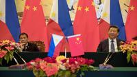 Kedua kepala negara, Presiden Xi Jinping dan Presiden Filipina Rodrigo Duterte saat menghadiri pertemuan bilateral di Beijing (20/10). Duterte mengubah poros kebijakan luar negeri Filipina yang sebelumnya ke AS menjadi ke Tiongkok. (Reuters/ Ng Han Guan)