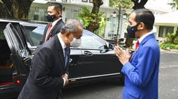 Presiden Indonesia Joko Widodo (kanan) menyapa Perdana Menteri Malaysia Muhyiddin Yassin saat bertemu di Istana Merdeka, Jakarta, Jumat (5/2/2021). Penyambutan dilakukan sesuai dengan protokol kesehatan pencegahan COVID-19. (Agus Suparto, Indonesian President Palace via AP)