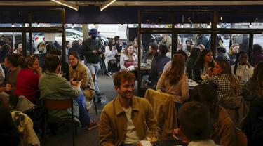 Warga duduk dalam kafe di Paris, Prancis, Rabu (19/5/2021). Prancis kembali membuka kafe dan restoran pada 19 Mei 2021 setelah ditutup lebih dari enam bulan karena pandemi virus corona COVID-19. (AP Photo/Rafael Yaghobzadeh)