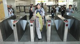 Model memasuki stasiun saat mengikuti acara Jakarta Fashion & Food Festival (JFFF) 2019 dalam gerbong Light Rail Transit (LRT) Jakarta rute Stasiun Velodrome-Stasiun Boulevard Utara, Jakarta, Selasa (13/8/2019). Busana berasal dari lima UKM terpilih. (merdeka.com/Iqbal Nugroho)