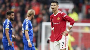 Manchester United harus puas meraih hasil imbang 1-1 saat menjamu Everton dalam laga pekan ke-7 Liga Inggris 2021/2022, Sabtu (2/10/2021). Cristiano Ronaldo, penentu kemenangan saat mengalahkan Villarreal di Liga Champions baru dimasukkan Solskjaer pada babak kedua. (AP/Dave Thompson)