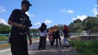 Generasi milenial sangat bersemangat menyambut pagi di tepi Kali Progo dengan membuat film. (foto: Liputan6.com / dok. GHP/edhie prayitno)