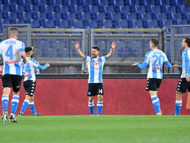 Penyerang Napoli, Dries Mertens (tengah) melakukan selebrasi setelah mencetak gol ke gawang AS Roma pada pertandingan lanjutan Liga Serie A Italia di stadion Olimpiade di Roma, Senin (22/3/2021). Dries Mertens mencetak dua gol dan mengantar Napoli menang atas AS Roma 2-0. (AFP/Alberto Pizzoli)