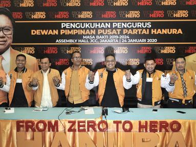 Ketua Panitia Pelaksana Pengukuhan Pengurus DPP Hanura Benny Rhamdani (keempat kanan) didampingi anggota pengurus saat konferensi pers di Jakarta, Kamis (23/1/2020). Partai Hanura akan menggelar Pengukuhan Pengurus DPP 2019-2024 pada Jumat (24/1/2020) di JCC Senayan. (merdeka.com/Iqbal S. Nugroho)