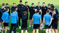 Para pemain timnas Kroasia mendengarkan pelatih Zlatko Dalic selama mengikuti sesi pelatihan tim di Moskow, Rusia, (13/7). Kroasia akan bertanding melawan timnas Prancis pada Final Piala Dunia 2018.  (AP Photo / Darko Bandic)