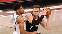 Pemain Nets Blake Griffin (kanan) berduel dengan bintang Bucks Giannis Antetokounmpo di semifinal wilayah NBA (AFP)