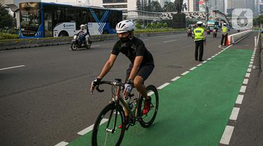 FOTO: Polisi Tertibkan Pesepeda Bandel yang Keluar Jalur