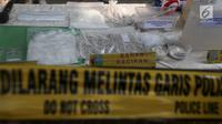 Barang bukti bahan pembuat sabu diperlihatkan di Perum Metland, Cipondoh, Tangerang, Rabu (8/8). Polisi menetapkan satu tersangka Antonius Wongso sebagai pembuat dan distribusi sabu. (Liputan6.com/Fery Pradolo)