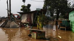 Suasana banjir yang melanda kawasan bantaran kali Cisadane, Tangerang, Jumat (26/4). Banjir kiriman setinggi 2 meter sempat melanda kawasan akibat curah hujan yang tinggi di bogor membuat derasnya air mengalir jauh sampai ke tempat ini. (Liputan6.com/Johan Tallo)