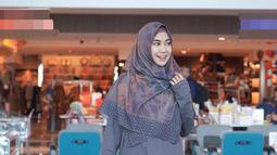 Anisa Rahma lewat akun Instagramnya kerap mengunggah foto-foto OOTDnya yang menginspirasi kaum hawa. Sejak mantap berhijab, Anisa didapuk menjadi model busana muslim. Parasnya yang cantik pun tampak memesona ketika berpose candid mengenakan busana muslim seperti ini. (Liputan6.com/IG/@anisarahma_12)