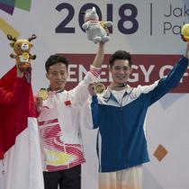 Atlet Wushu, Edgar Xavier, melakukan selebrasi usai meraih medali perak pada nomor Cangquan putra Asian Games di JIExpo, Jakarta, Minggu, (19/8/2018). Edgar Xavier berhasil meraih perak dengan angka 9.72. (Bola.com/Vitalis Yogi Trisna)