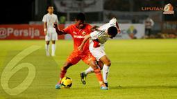 Ramdani Lestaluhu (Persija - kiri) berduel berebut penguasaan bola dengan Yu Hyun Koo (Semen Padang) dalam laga yang digelar di Stadion GBK Jakarta (Liputan6.com/Helmi Fithriansyah)