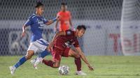 Di babak kedua, Persib Bandung dan Borneo FC sama-sama membangun serangan mengingat belum adanya gol di babak pertama. Pertarungan gelandang antara Beckham Putra (kiri) dan Hendro Siswanto menambah serunya pertandingan. (Bola.com/Bagaskara Lazuardi)