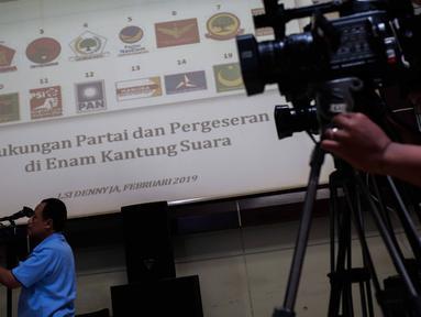 Jurnalis meliput pemaparan hasil rilis Lingkaran Survei Indonesia (LSI) Denny JA di Jakarta, Rabu (20/2). LSI Denny JA merilis hasil survei terbaru tentang pergeseran dukungan partai politik di enam kantong suara. (Liputan6.com/Faizal Fanani)
