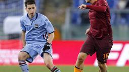 Pemain AS Roma, Francesco Totti (kanan) mencoba melewati hadangan pemain Sampdoria, Filip Duricic pada laga Coppa Italia di di Roma Olympic stadium, Kamis (19/1/2017). Roma menang 4-0. (Angelo Carconi/ANSA via AP)