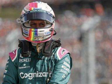 Sebastian Vettel didiskualifikasi dari posisi kedua Formula 1 GP Hungaria akibat gagal memberikan sampel bahan bakar yang cukup setelah balapan. Steward hanya mampu mengambil 0,3 liter dari dalam mobil AMR20, sedangkan di regulasi seharusnya 1,0 liter. (Foto: AP/Pool/David W Cerny)