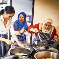 Duchess of Sussex, Meghan Markle saat memasak bersama kelompok Hubb Community Kitchen yang mayoritas beragama Islam saat  melakukan proyek amal di Al Manaar Muslim Cultural Heritage Centre, London, Inggris (19/7). (Jenny Zarins/Kensington Palace via AP)