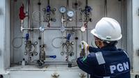 PT Perusahaan Gas Negara Tbk (PGN) melakukan penyaluran gas bumi dalam bentuk Compressed Natural Gas (CNG) menggunakan teknologi GTM. (Foto:Antara Foto/ Aji Setyawan)