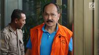 Mantan pengacara Setya Novanto, Fredrich Yunadi bersiap masuk gedung KPK untuk menjalani pemeriksaan, Jakarta, Rabu (17/1). Bersama Bimanesh Sutarjo, Fredrich Yunadi merupakan tersangka dugaan merintangi penyidikan e-KTP. (Liputan6.com/Helmi Fithriansyah)