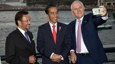 PM Australia Malcolm Turnbull mengajak Sultan Brunei Darussalam Hassanal Bolkiah dan Presiden Joko Widodo (Jokowi) melakukan swafoto pada jamuan makan malam disela kegiatan ASEAN-Australia Special Summit 2018, Sabtu (17/3). (ANDREW TAYLOR/ASEANINAUS/AFP)