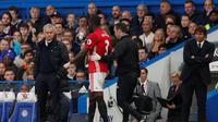Bek Manchester United, Eric Bailly, mengalami cedera pada laga melawan Chelsea, Minggu (23/10/2016). (afp)