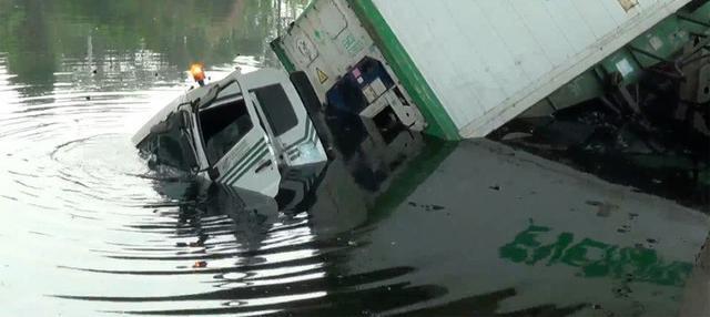 Sebuah truk trailer bermuatan kontainer terjun ke kali Ancol, di jalan RE Martadinata, Pademangan Jakarta Utara.