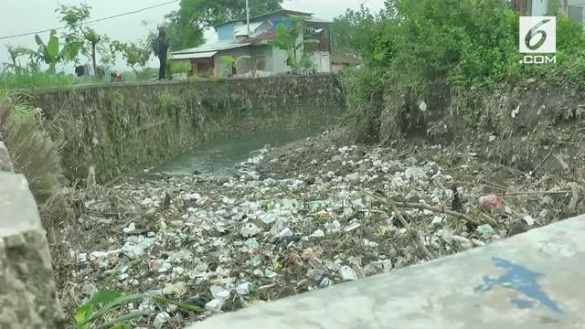 Tumpukan sampah rumah tangga dan pabrik menyumbat aliran sungai Cikeruh di kawasan Rancaekek Kabupaten Bandung, Jawa Barat.