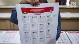 Petugas menunjukkan contoh surat suara Pemilu 2019 di Kantor Komisi Pemilihan Umum (KPU), Jakarta, Kamis (13/12). Proses validasi ini berlangsung hingga 17 Desember 2018. (Liputan6.com/Faizal Fanani)