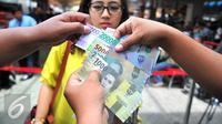 Beberapa pecahan uang baru yang sudah dikeluarkan oleh Bank Indonesia yang dapat ditukarkan di Blok M, Jakarta, Senin (19/12). Bank Indonesia (BI) hari ini meluncurkan 11 uang rupiah Emisi 2016 dengan gambar pahlawan baru. (Liputan6.com/Angga Yuniar)