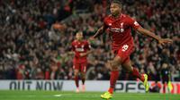 Striker Liverpool, Daniel Sturridge berselebrasi usai mencetak gol ke gawang Chelsea pada pertandingan babak ketiga Piala Liga Inggris di stadion Anfield (26/9). Chelsea berhasil mengalahkan Liverpool 2-1. (AP Photo/Rui Vieira)