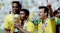 Romario (tengah) mengantarkan Timnas Brasil juara Piala Dunia 1994 di Amerika Serikat. (DANIEL GARCIA / AFP)