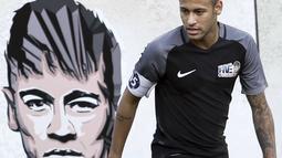 Neymar saat melintasi mural gambar dirinya pada laga sepak bola mini yang merupakan bagian dari  Neymar Junior Institute project di  Praia Grande, Sao Paulo, Brasil, (9/7/2016). (AFP/Miguel Schincariol)