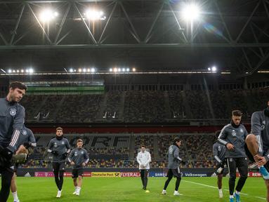 Para pemain Jerman melakukan pemanasan selama sesi latihan di Duesseldorf, Jerman Barat (12/11/2019). Jerman akan bertanding melawan Belarus pada Grup C Kualifikasi Piala Eropa 2020 pada 17 November 2019 di Borussia-Park. (AFP Photo/Bernd Thissen)