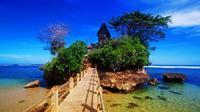 Malang tak hanya terkenal dengan Jatim Park maupun wisata batu-nya, Pantai Balekambang menjadi salah satu yang patut kamu kunjungi